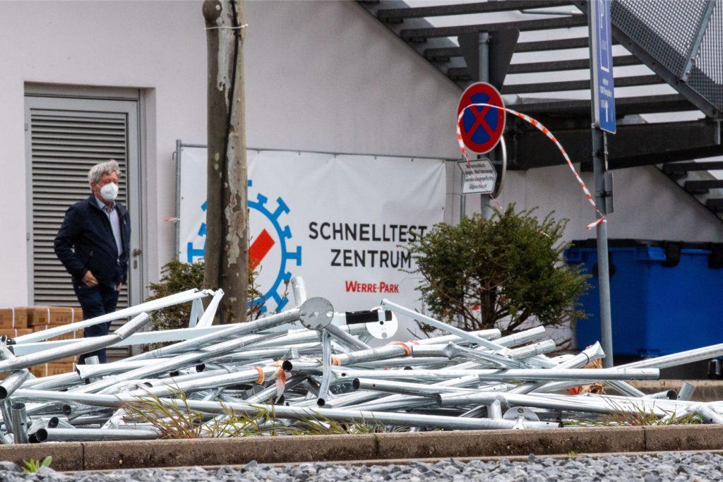 Die Stangen von einem zerstörten Corona-Testzentrum liegen auf einem Parkplatz. Sturmtief Eugen hat in der Nacht vereinzelt Schäden in Westdeutschland angerichtet.