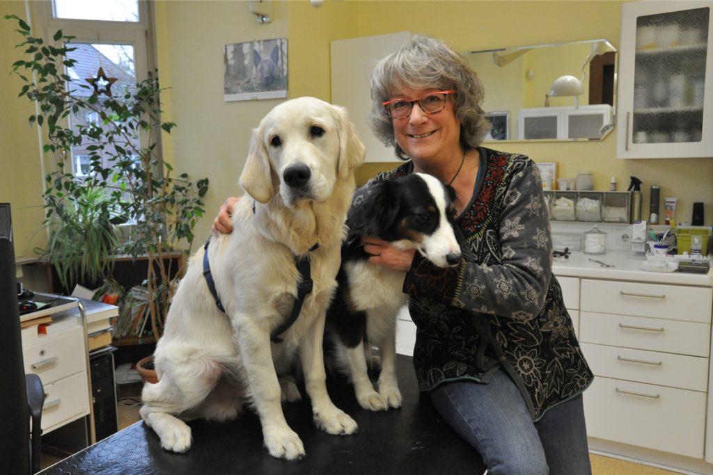 Tierärztin Dr. Barbara Seibert mit zwei Praxishunden. Mit ihrer Kollegin hat sie den Verein DoDogs gegründet, der sich um Hunde von Obdachlosen kümmert.