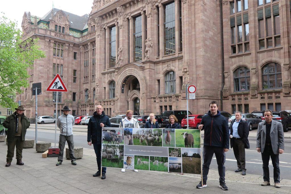 Vor dem Verwaltungsgericht in Düsseldorf hatten Schäfer auf ihre Lage im Wolfsgebiet Schermbeck mit einem Transparent aufmerksam gemacht.