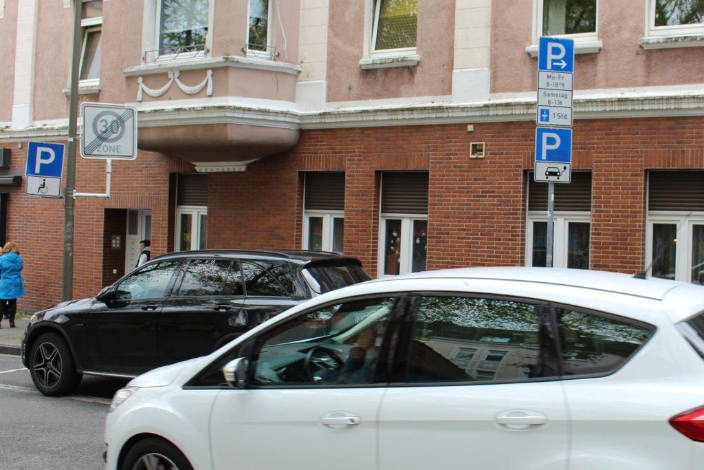 Der Parkplatz für Elektrofahrzeuge hat immer noch keine Ladestation.