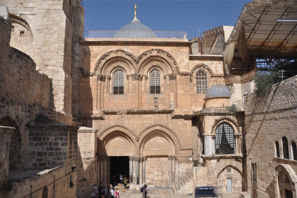 In der Grabeskirche teilen sich sechs Konfessionen Verwaltung, Räume und Zeitfenster - ein komplizierter und verschachtelter Ort, an dem es an manchen Tagen viel zu voll ist.