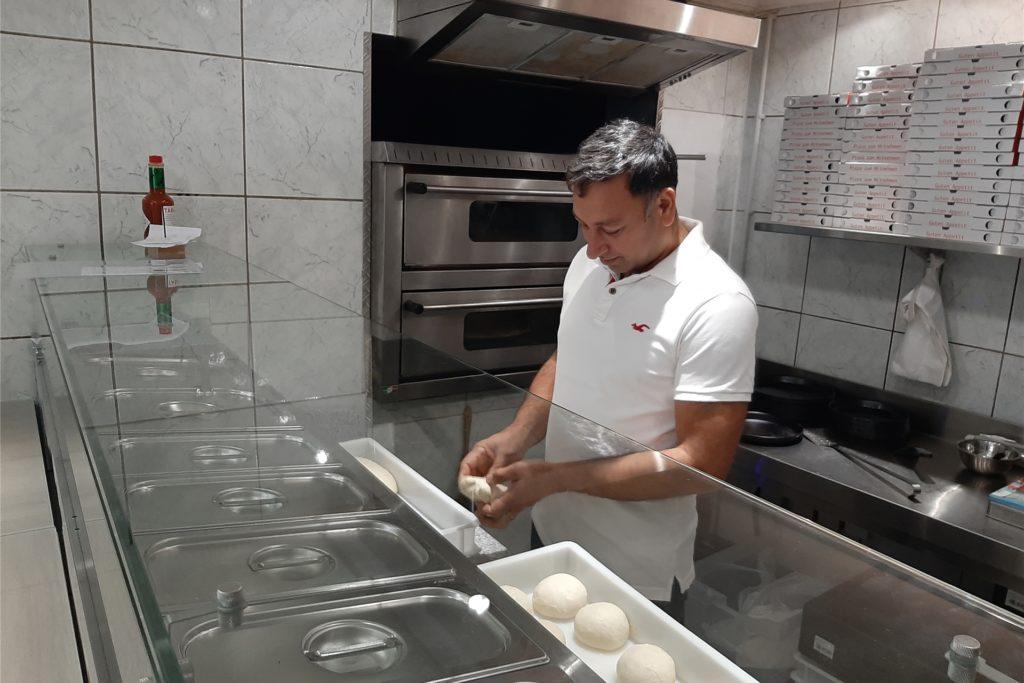 Der Familienvater Basant Singh ist der Pizzabäcker im neuen Betrieb.
