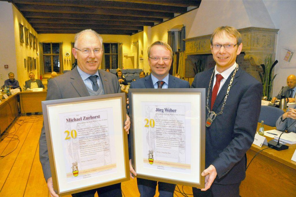 Bürgermeister Lothar Christ (r.) ehrte 2014 die CDU-Ratsherren Michael Zurhorst (l.) und Jörg Weber für 20-jährige Mitarbeit im Stadtrat.
