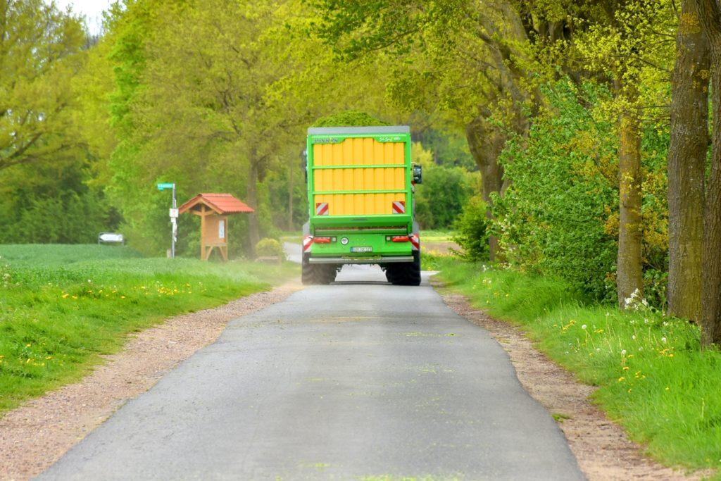 Landwirtschaftliche Maschinen werden immer größer. Auf den bisherigen Wegen kann es dann schon einmal eng werden. Nach und nach sollen einige Wege deswegen erweitert und verstärkt werden.