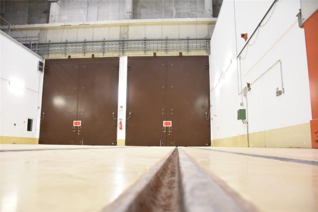 In Waggons oder mit Lkw kommen die Brennelemente und radioaktiven Abfälle im Zwischenlager an.