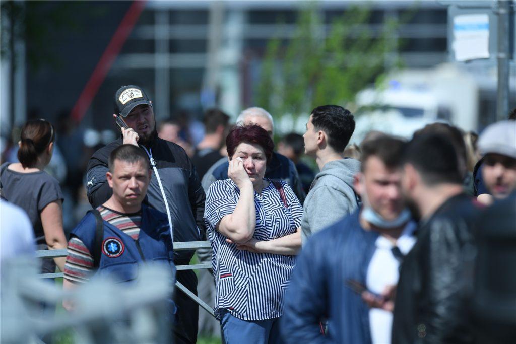 Angehörige der Opfer und Betroffene haben sich vor dem Gymnasium Nr. 175 versammelt. Bei einem Angriff auf die Schule sind mehrere Menschen getötet worden.