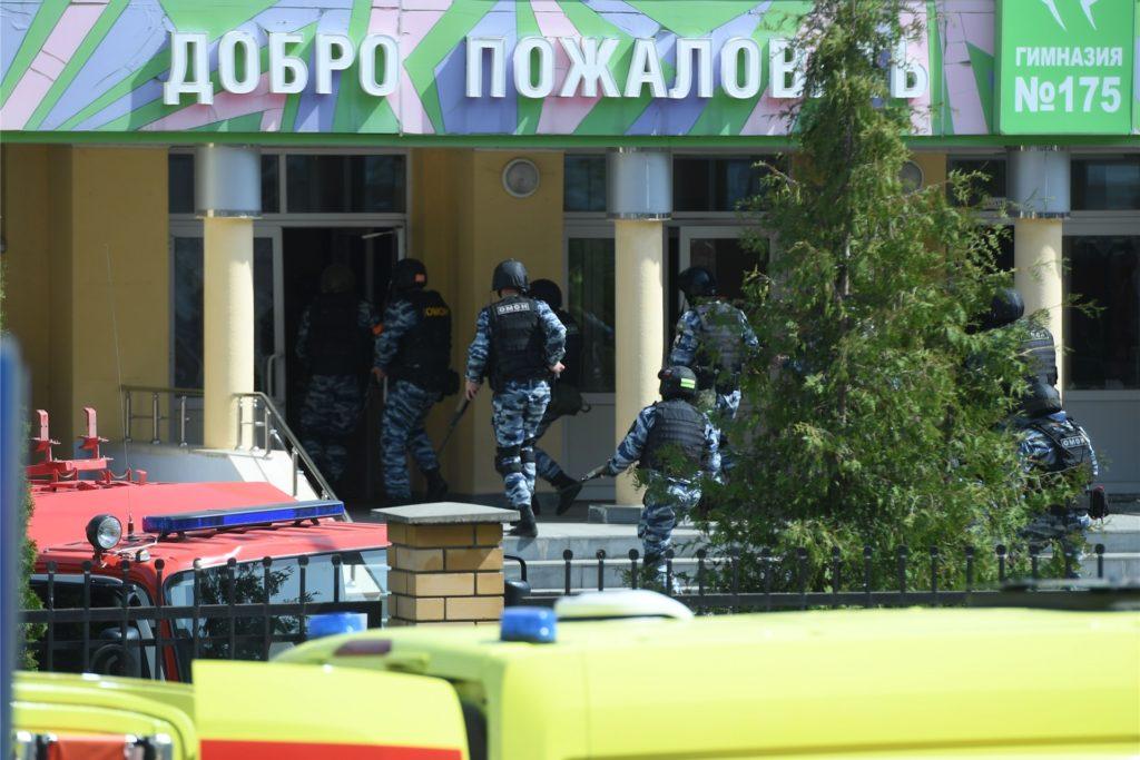 Bewaffnete Einsatzkräfte gehen zum dem Gymnasium Nummer 175. Bei einem Angriff auf die Schule sind mehrere Menschen getötet worden.
