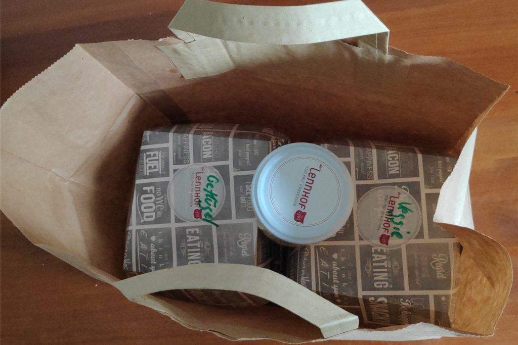 Die Burger werden zusammen mit den Pommes und der Bärlauch-Mayonnaise in einer praktischen Papiertüte verstaut.