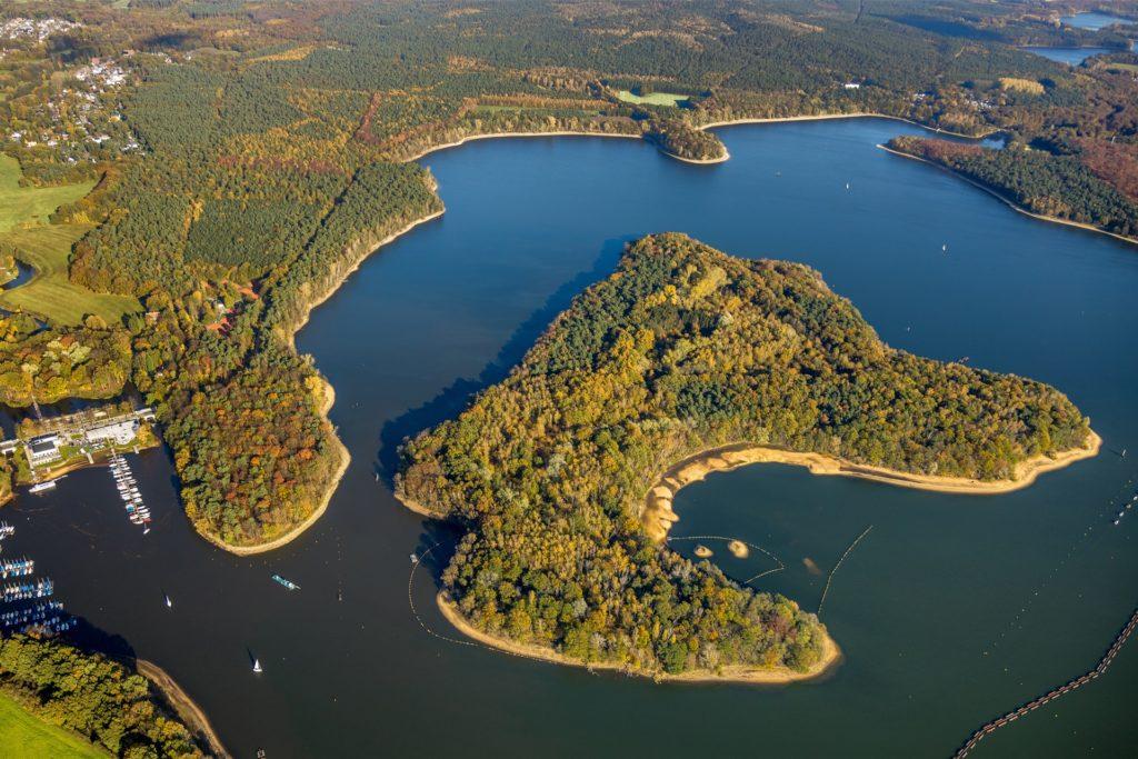 Die große Stauseeinsel liegt vor der Stadtmühlenbucht.