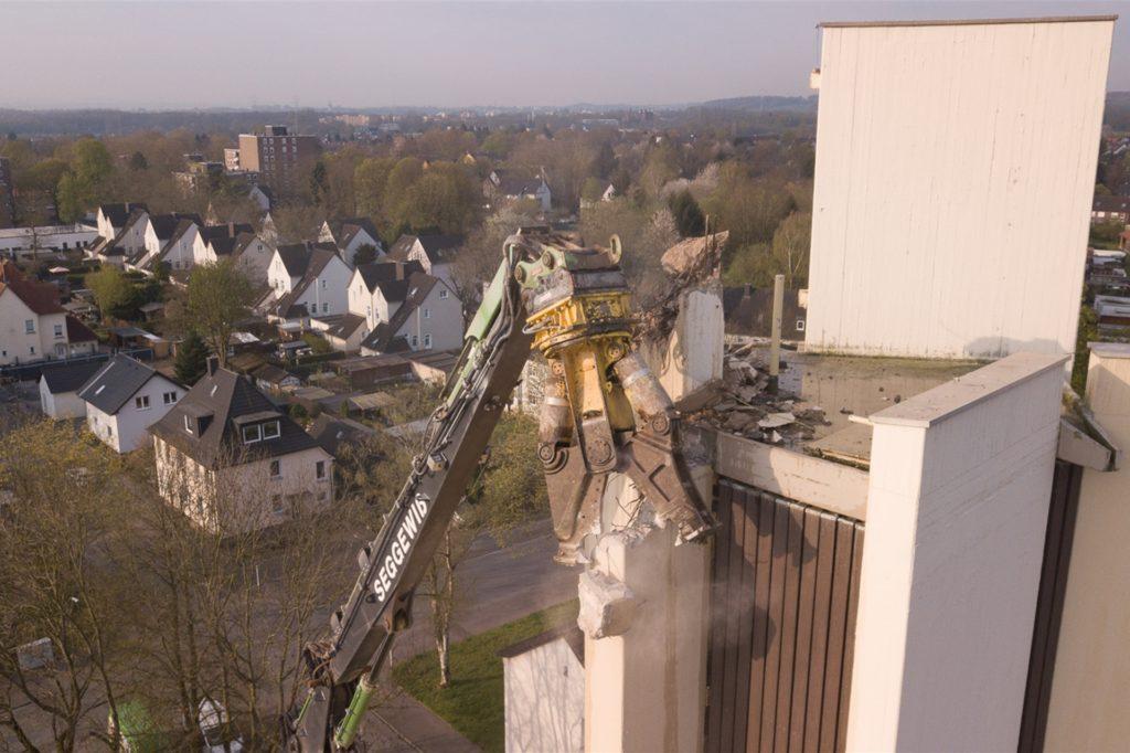 Mit schwerem Gerät wurde der Kirchturm eingerissen. Auch das Gemeindehaus muss weichen.