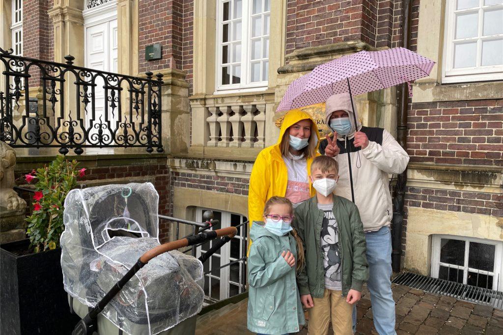 Beim Spaziergang sind die Dortmunder Marina Nelke, Manuel Otte, Amelie Nelke und Finn Webersdorf vom Regen überrascht worden.