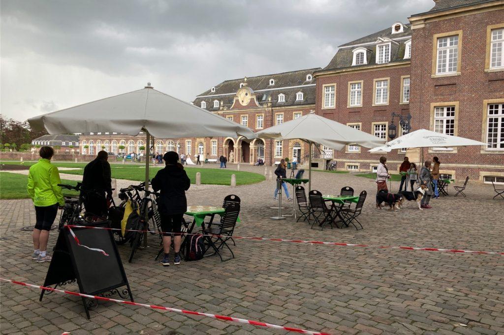 Vor dem Regen war der Außenbereich am Schlossrestaurant gut besucht.