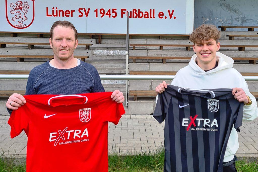 Trainer Axel Schmeing (l.) begrüßt zur kommenden Saison Lukas Berger beim Lüner SV.