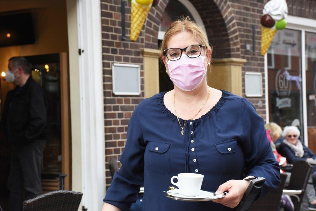 Laura Vanella freut sich, dass sie endlich wieder Gäste in ihrem Eiscafé begrüßen darf.