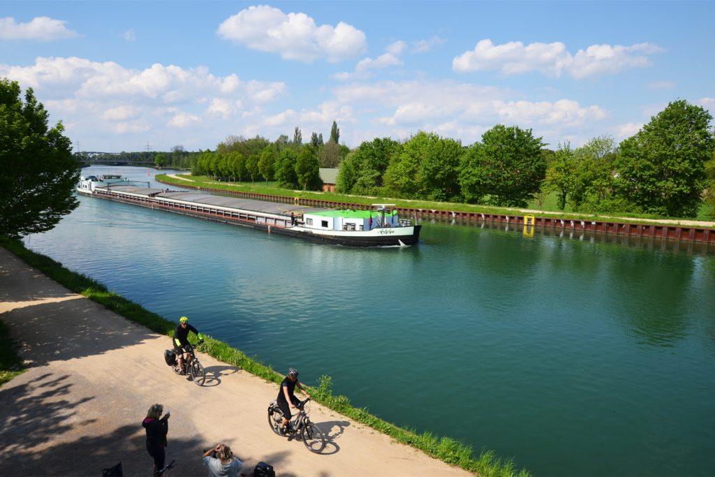 Die Uferwege sind eine beliebte Strecke für Radtouren - mit manchmal spektakulären Blicken auf die langen Kanal-Pötte.