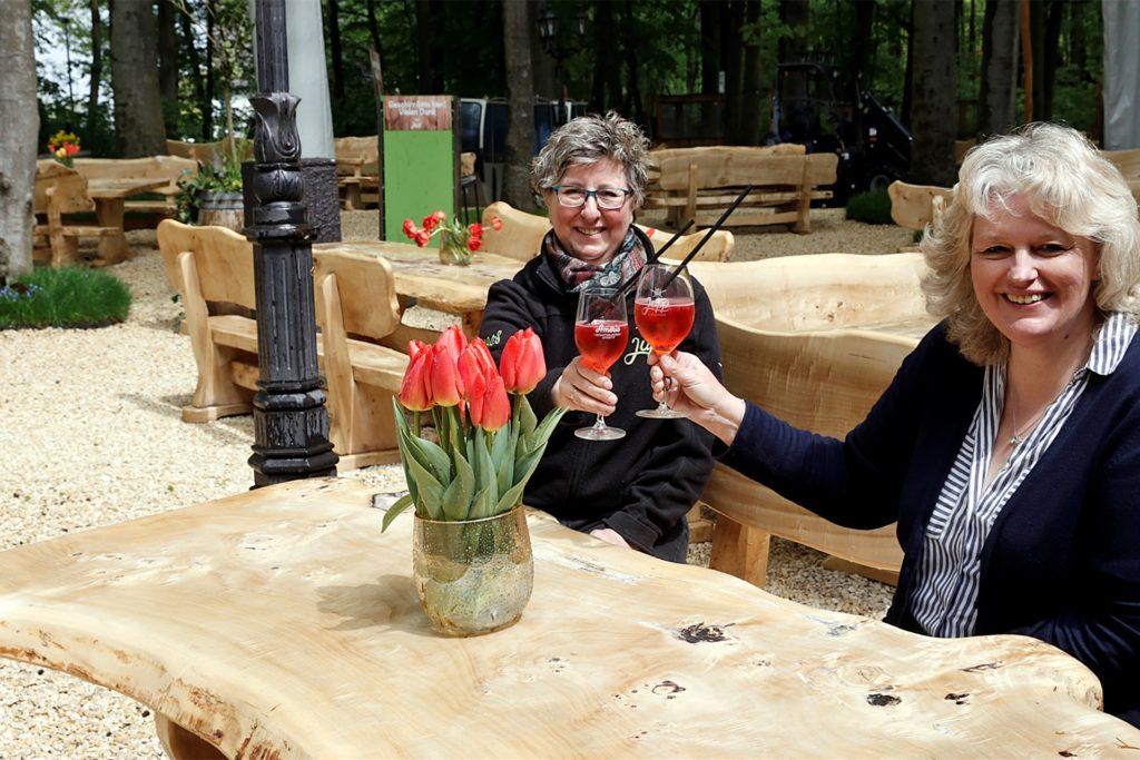 Iris Schumann und Martina Hörstrup freuen sich, endlich wieder Gäste in Jupps Biergarten begrüßen zu dürfen.