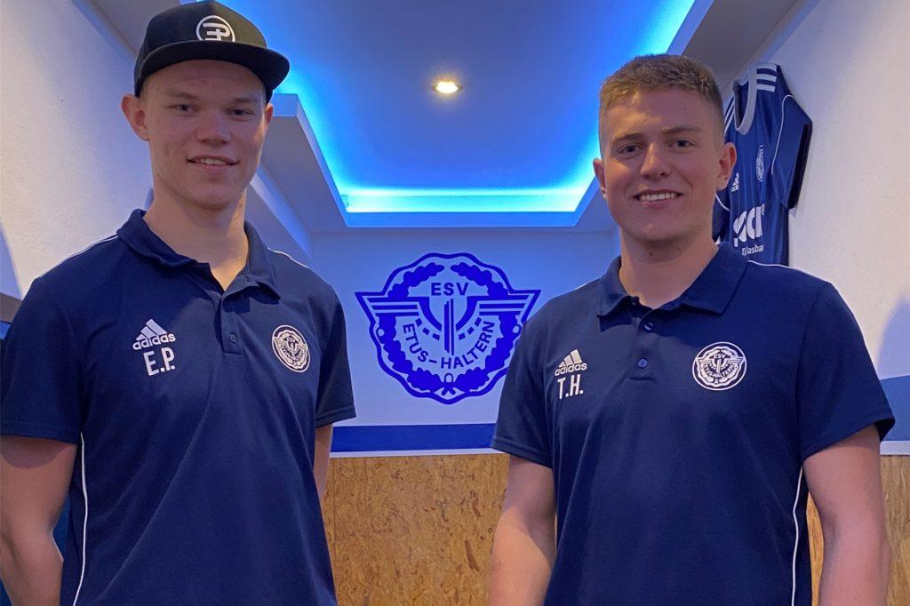 Erik Pötter (l.) und Timm Henniges haben gemeinsam unter anderem den Flur zur Kabine der ersten Mannschaft des ETuS Haltern renoviert.