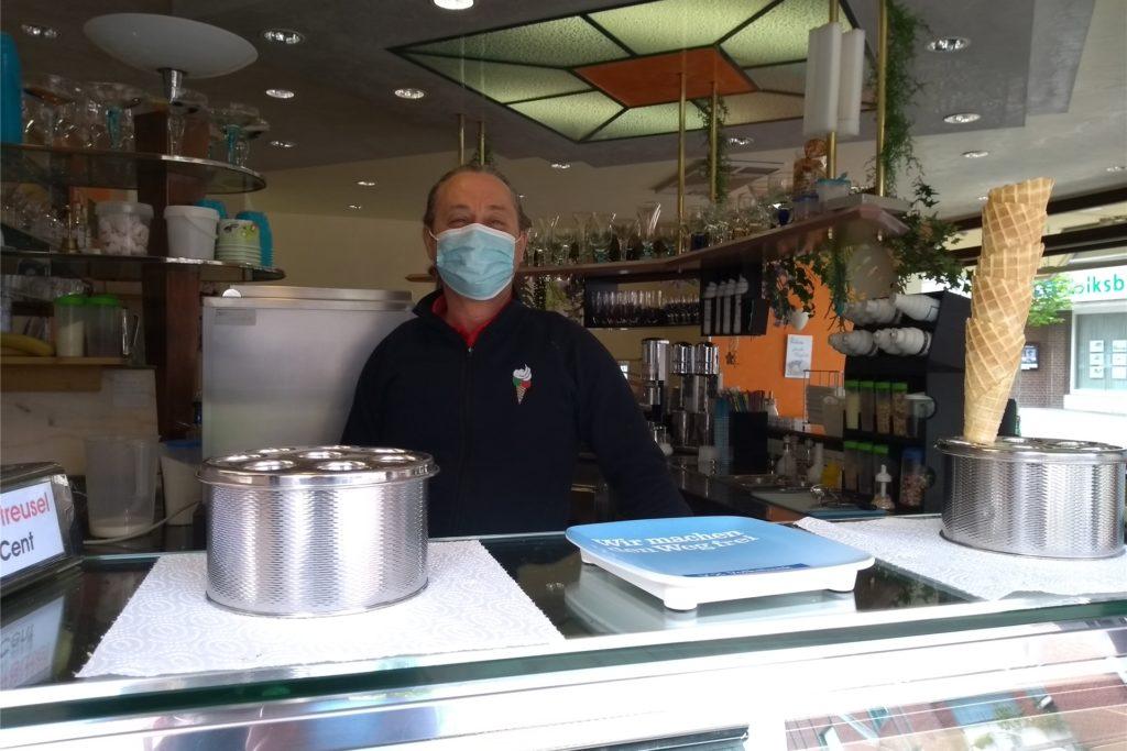 Darf man im Außenbereich des Eiscafe Venezia demnächst wieder Kunden bewirten? Ruggero Stival wartete am Donnerstagmittag noch auf das offizielle Go.
