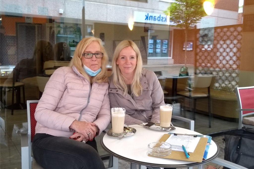 Nach dem Bummeln noch einen Kaffee trinken - Monika Frenking und Jennifer Seiler freuen sich, dass das wieder möglich ist.