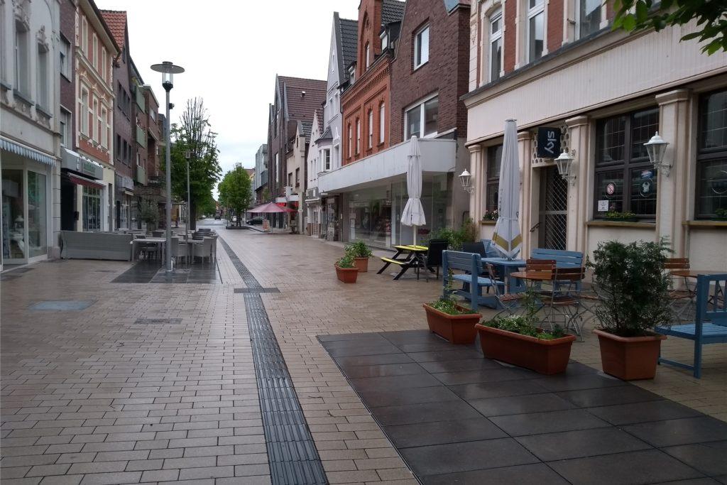 Die Plätze in der Außengastronomie an der Bonenstraße blieben am Samstag aufgrund des Wetters leer.