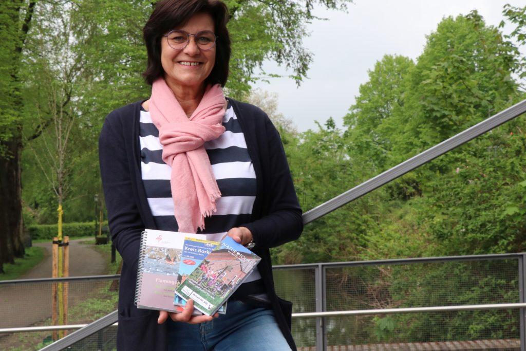 Alles schon im Knotenpunktsystem: Karin Otto präsentiert die Karten der lokalen NaturTour, der Flamingoroute und die kreisweite Radwanderkarte des Bielefelder Verlags.
