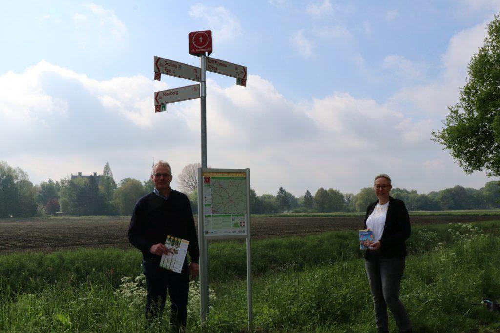 Heidi Schiller für den Tourismus und Herbert Gausling für das Bauamt haben in Heek die Einführung der Knotenpunkte mit geplant und vorbereitet.