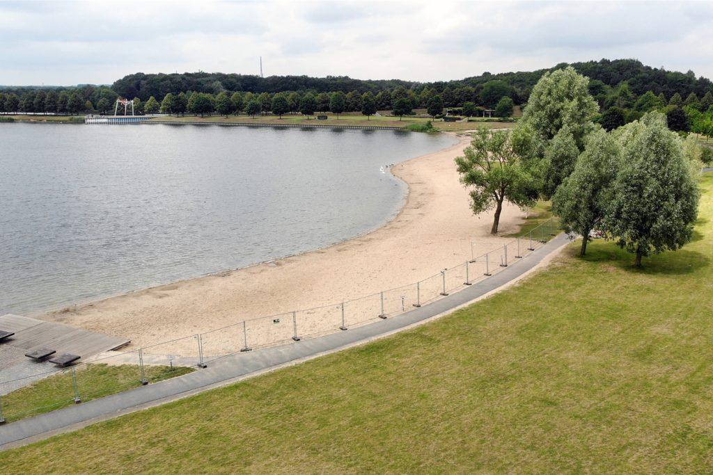Auch in diesem Jahr ist der Zugang zum See mit einem Zaun abgesperrt. Eine Ausnahme ist am Café Seepark.