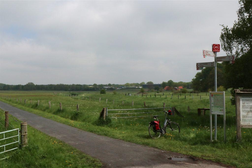 Der Knotenpunkt 45 mit Blick auf die Dinkelwiesen in Heek ist mitsamt Plan des Nahbereichs bereits fertig. Bis zu den Sommerferien soll das gesamte Knotenpunktnetz im Kreis stehen.