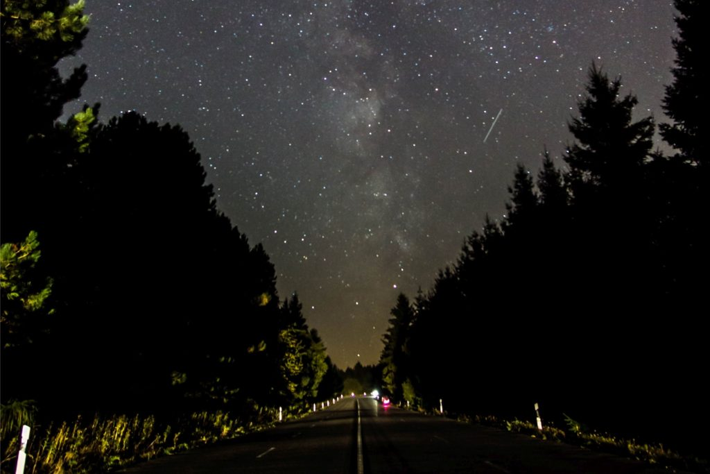 """Hier gilt zwar bei Nacht definitiv """"Licht an"""". Aber auch aus der Autofahrt wird schnell eine Sternfahrt."""