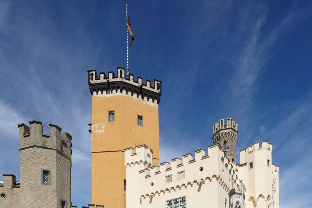 Das neugotische Schloss Stolzenfels thront auf der linken Seite des Rheins und gilt als Meisterwerk der Rheinromantik.