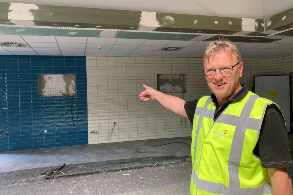 Bauleiter Erik ten Hagen führt durch die Baustelle von Rewe und Aldi.
