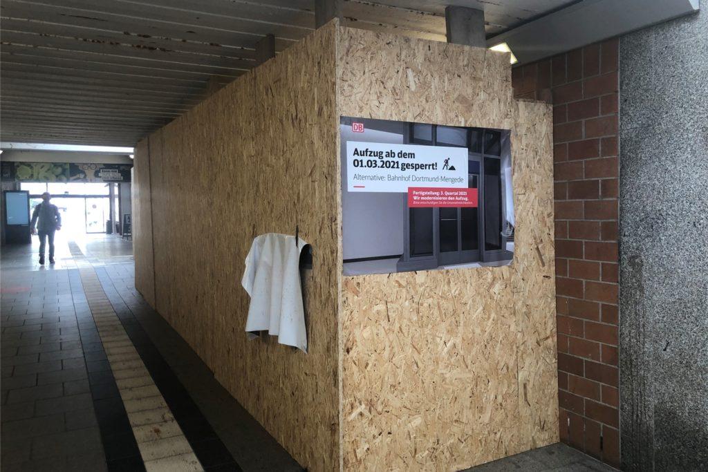 Ein Schild weist auf die Arbeiten am Aufzug hin.