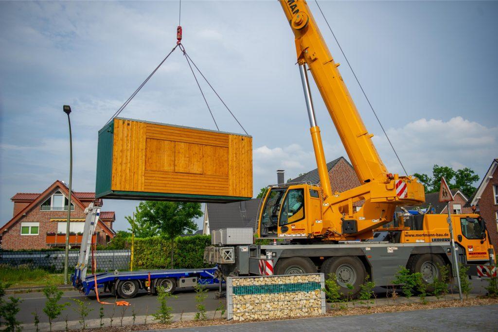 Mit dem Kran wurde am Freitag (4. Juni) der Container für die Teststation abgeladen.