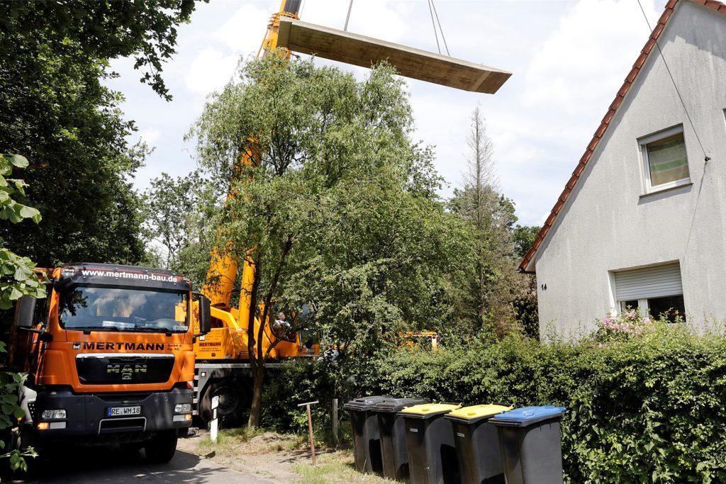 Mit einem Kran wurde die Betonrampe vor die Haustür am Schleusenweg transportiert.