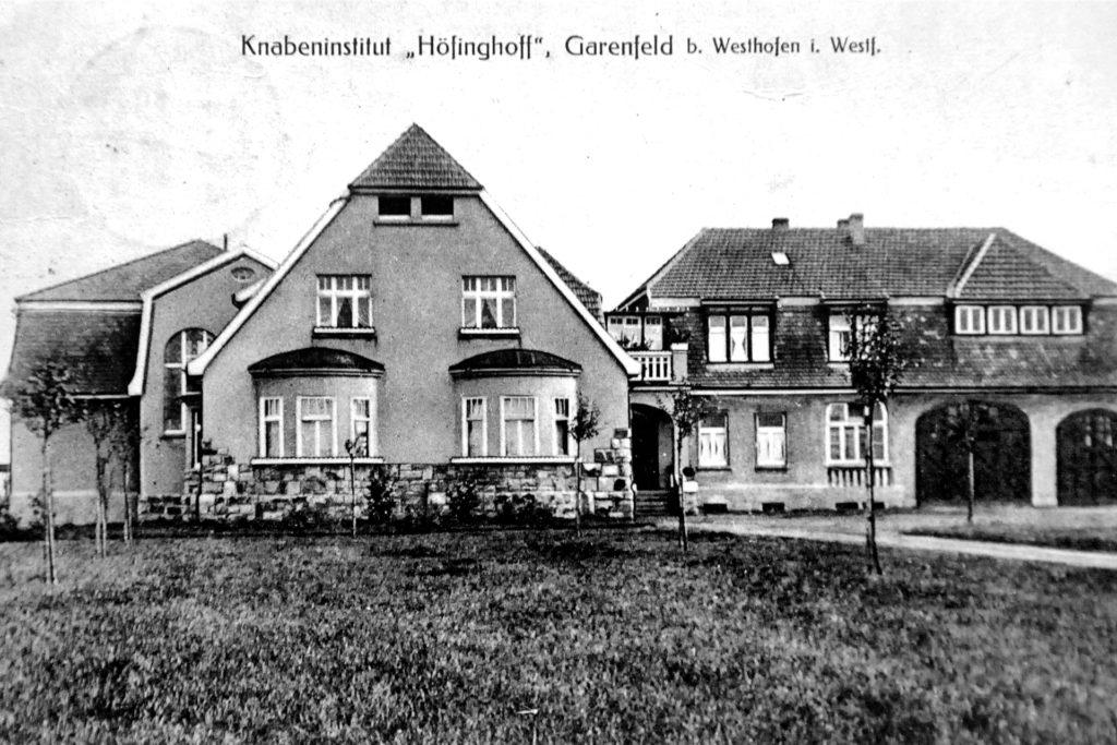 Als Internatsschüler zu Beginn des 20. Jahrhunderts diese Postkarte nach Hause schrieben, war das Gymnasium Garenfeld noch eine aufstrebende Schule. In den 1950er- und 1970er-Jahren wurde sie noch um weitere Gebäude erweitert, aber 2017 kam das Ende.