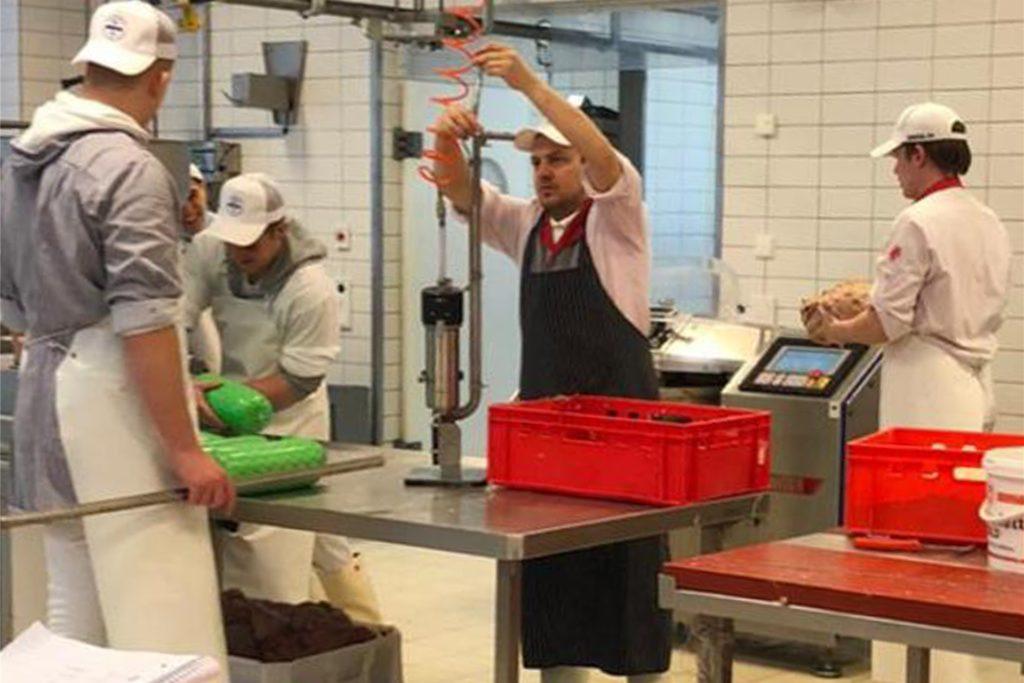 Die Praxis im Fleischerhandwerk war nur ein Teil des Meisterkurses: Zu den Inhalten gehören auch Betriebswirtschaft, Recht, Hygiene und der Ausbilderschein.