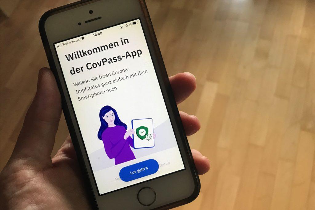Mit der CovPass-App soll der digitale Impfnachweis auf dem Smartphone landen.