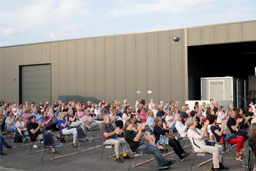 Die Zuschauer waren begeistert von der Auftaktveranstaltung des WLT-Theaters.