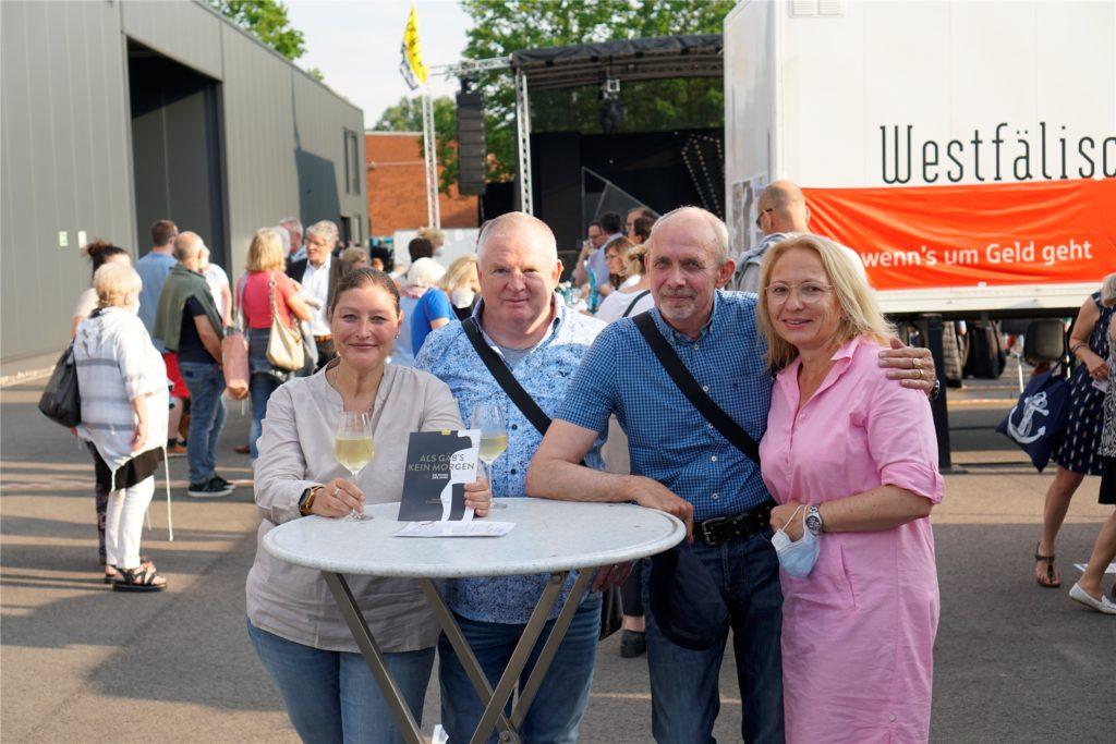 Für die befreundeten Ehepaare Neuhaus und Kroos (v.l.) war es ein besonderer Tag: Seit Monaten haben sie sich am Freitag (11.6.) zum ersten Mal wieder getroffen.