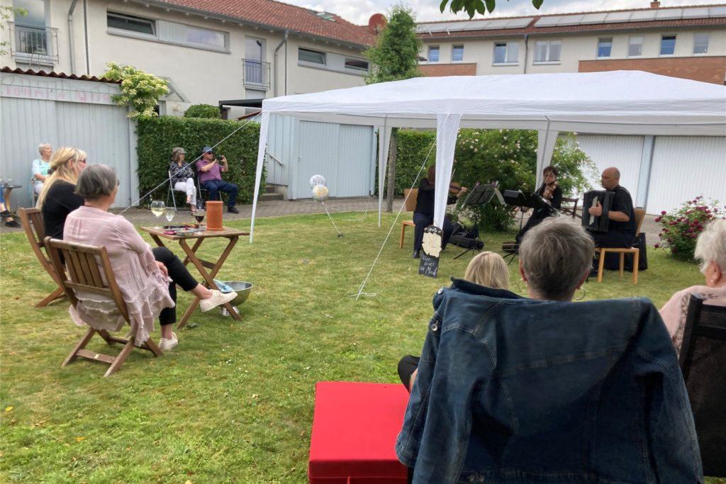 Vor rund zwei dutzend Gästen spielten drei Musiker des WDR Funkhausorchesters heiße Tangomusik bei sommerlichen Temperaturen.