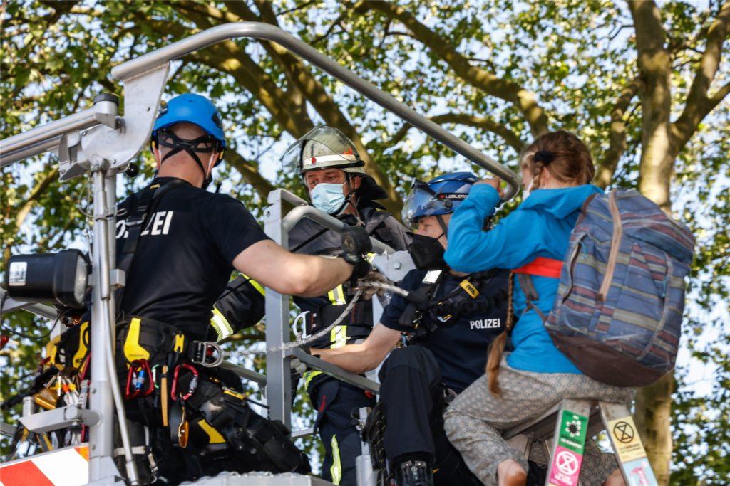 Zwei junge Menschen saßen bis zuletzt in mehreren Metern Höhe auf Leitern. Die Feuerwehr holte sie von dort wieder auf den Boden.
