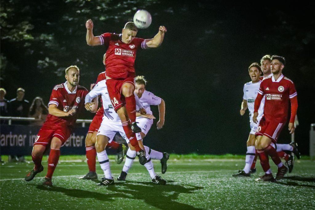 Vor achteinhalb Monaten schlug der Geisecker SV (rote Trikots) im bis dato letzten Schwerter Bezirksliga-Derby den VfL Schwerte mit 2:1. Luis Pothmann (beim Kopfball) sah damals zehn Minuten vor Schluss die gelb-rote Karte.
