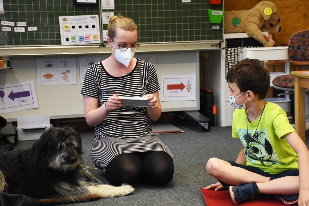Lehrerin Meike Dewies stellt Aufgaben. Wer die richtige Lösung weiß, darf Benni ein Leckerli geben.