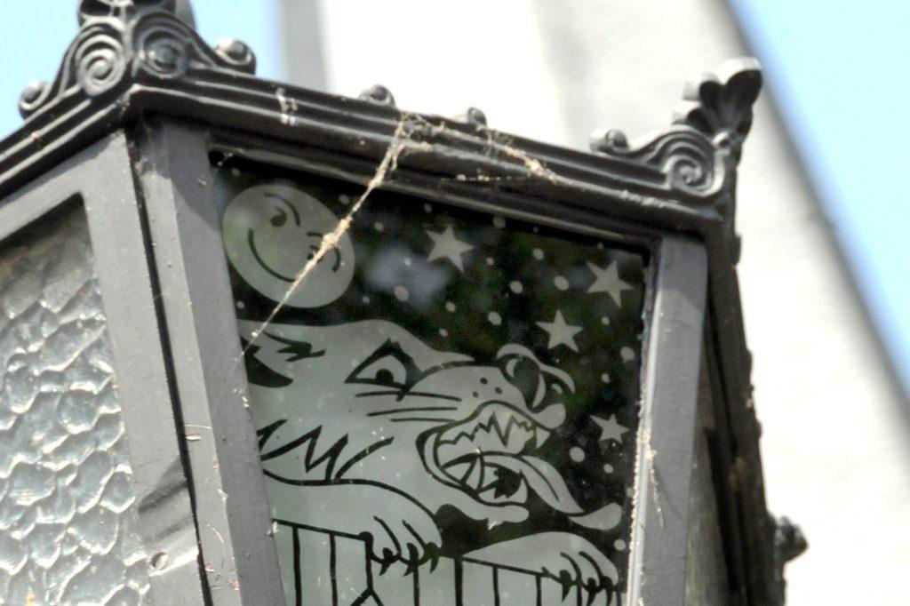 Die Sage vom Knüppelhund, der auch in der Wolfsgasse sein Unwesen getrieben haben soll, erzählt der Schwerter Laternenpfad in der Altstadt.