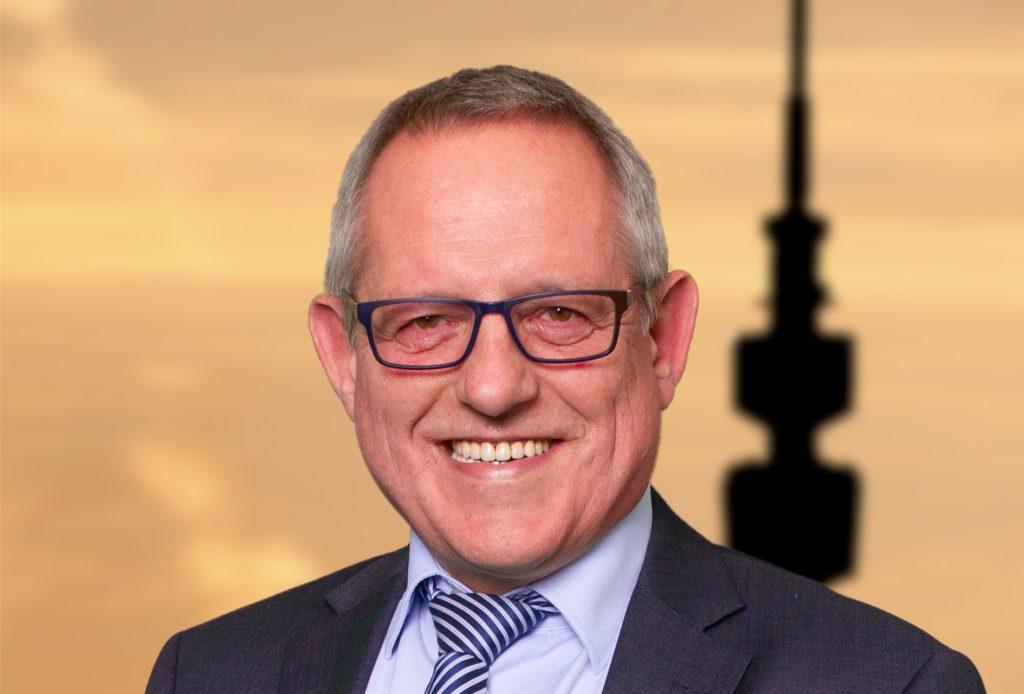 Uwe Wallrabe (CDU) ärgert sich über den Vandalismus im Huckarder Naturpark.