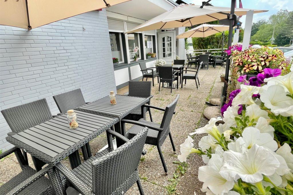 Auch im Außenbereich hat das Grillrestaurant in Holzen einige Sitzplätze.