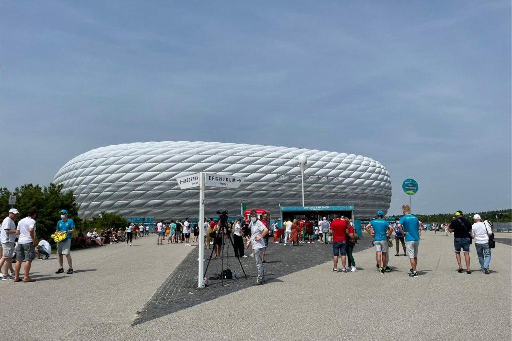 Vor der Allianz Arena machte sich unser Volontär Kevin Michaelis auf, um noch spontan zwei EM-Tickets für das Spiel zwischen Portugal und Deutschland zu bekommen.