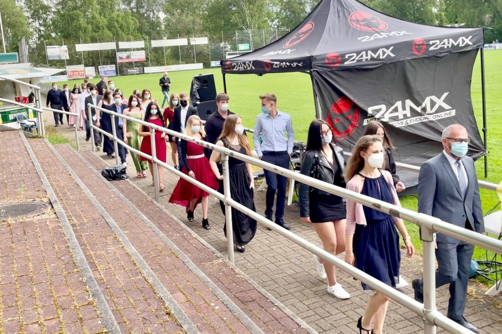Insgesamt fünf Abschlussklassen zogen mit Musik in das Stadion ein.