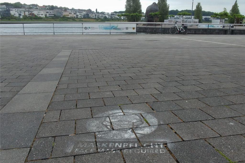 Die Schilder wurden entfernt, die Bodenmarkierungen sind jedoch noch zu sehen - gültig sind sie seit Montag (21.6.) nicht mehr.