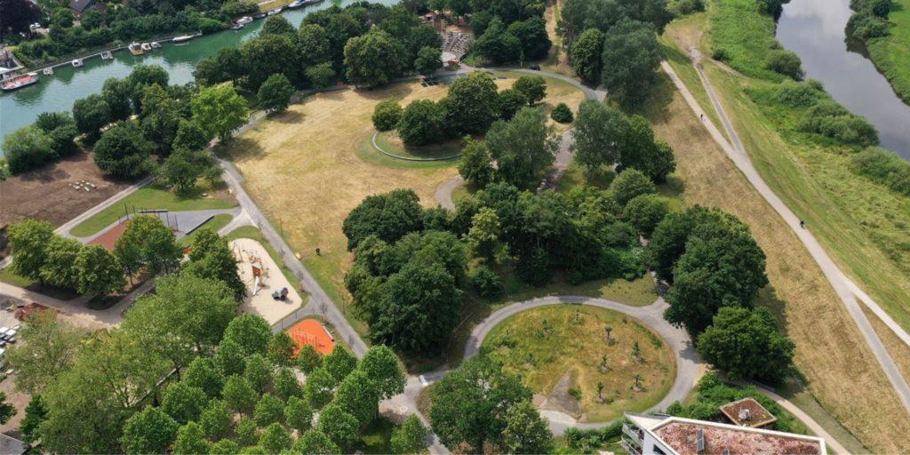 Der Bürgerpark hat einen asphaltierten Rundweg erhalten.
